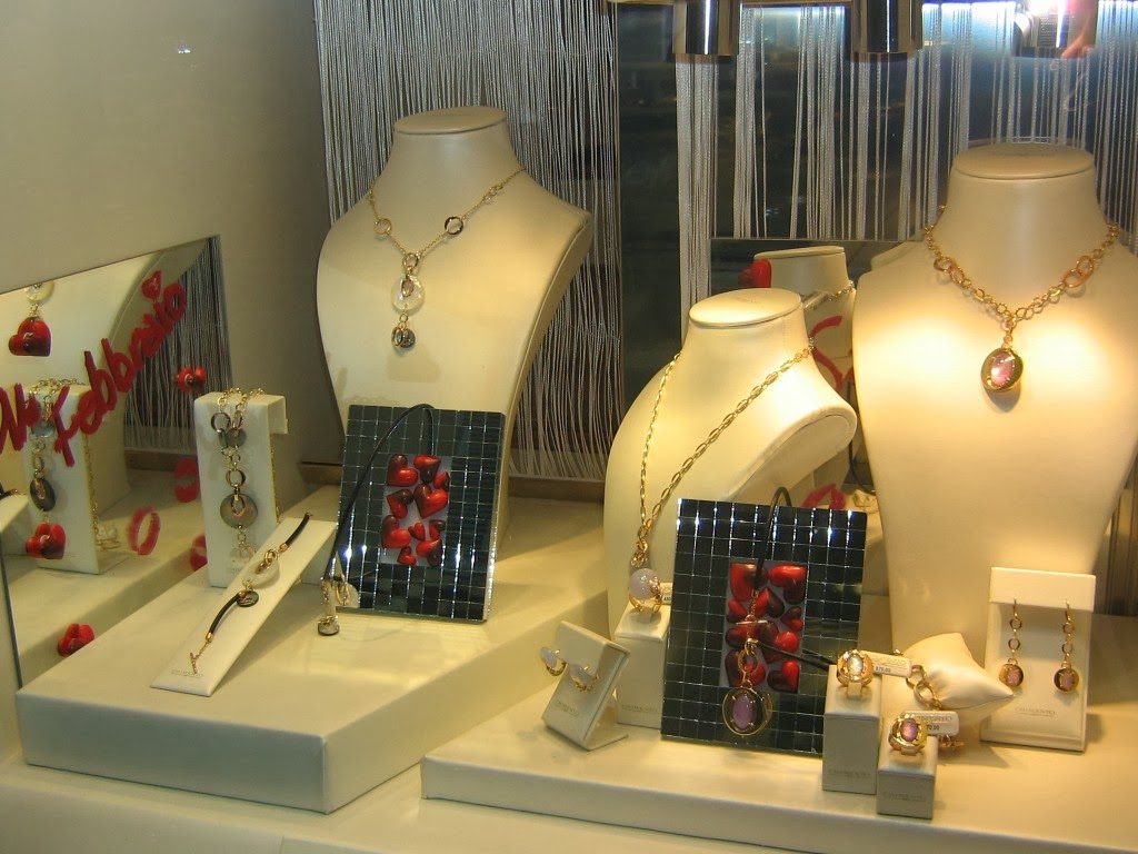 How To Maintain Your Jewelry Store Display Cases Properly